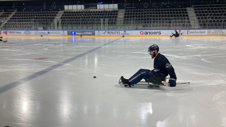 L'attaquant des Ducs d'Angers Robin Gaborit s'est essayé au para-hockey