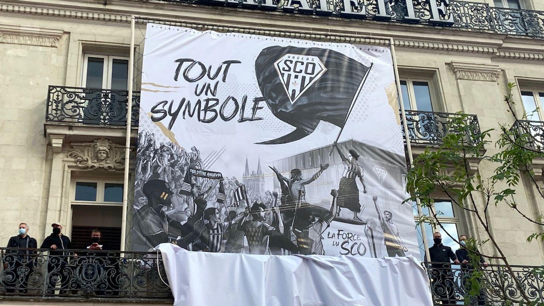 Le nouveau logo du Sco s'affiche en grand sur la façade des Galeries Lafayettes.
