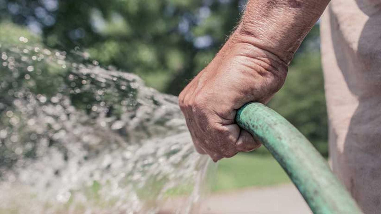interdiction de remplir les piscines ou de laver sa voiture à la maison.