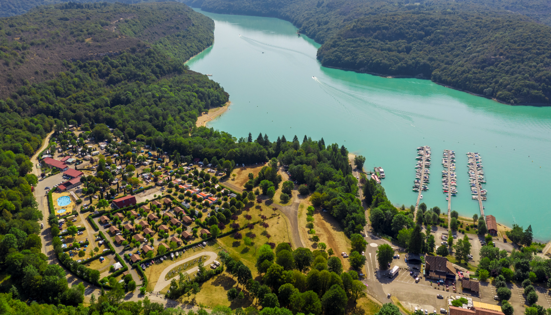 Le camping du lac de Vouglans à Surchauffant dans le Jura