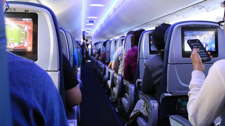 Un passager scotché sur son siège pendant un vol après avoir été...