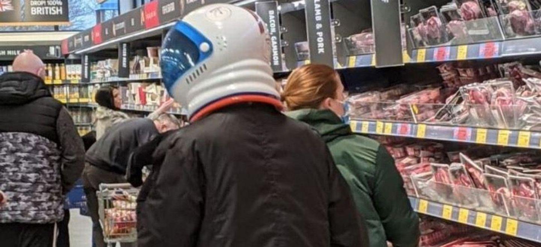 Un homme se balade avec un casque d'astronaute pour se protéger du...