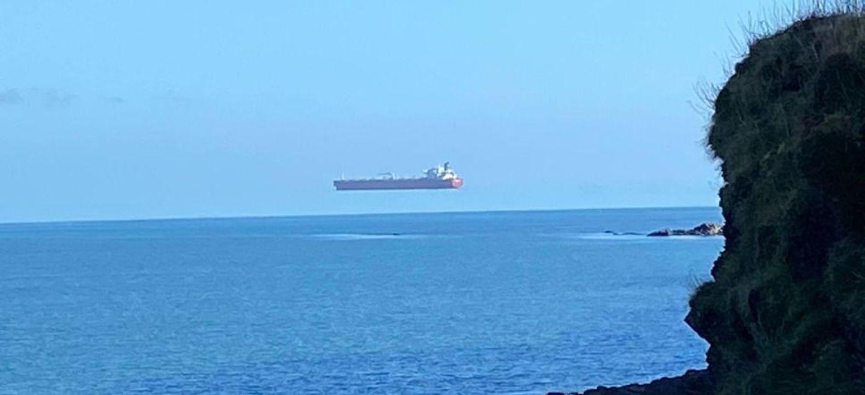 Illusion d'optique : quand un navire vole au-dessus de la mer (Photo)