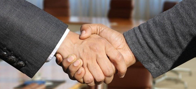 Peinant à recruter, un patron offre 40 euros à chaque personne qui...