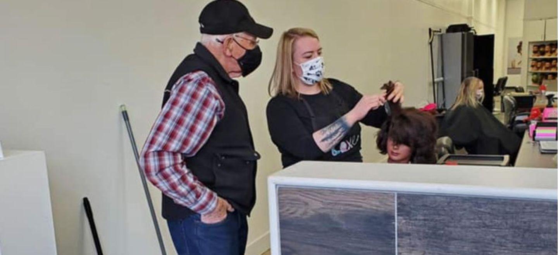 Un septuagénaire se rend dans une école de coiffure pour apprendre...