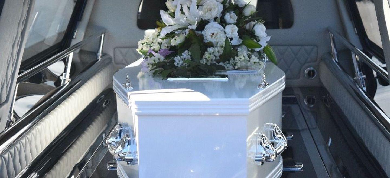 Une femme déclarée morte du Covid-19 se réveille juste avant son...