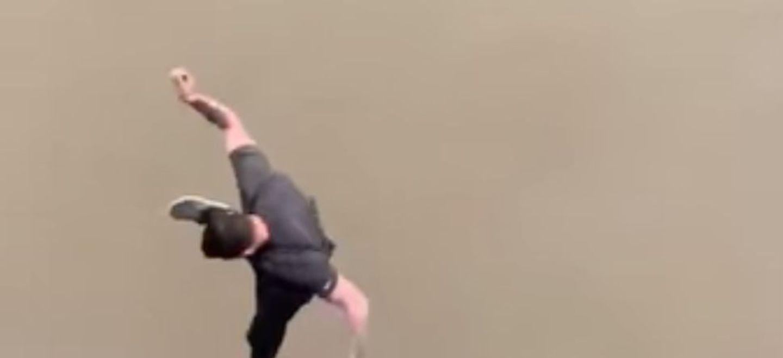 Coincé dans les bouchons, il saute d'un pont de 30 mètres de haut...