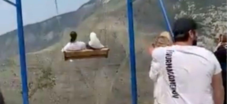 Deux femmes tombent d'une balançoire suspendue au bord d'un canyon...