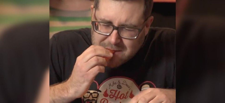 Record du monde : il mange le piment le plus fort du monde trois...