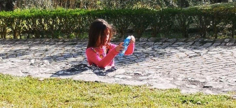 Illusion d'optique : où sont les jambes de cette fillette ?