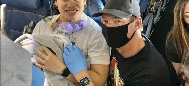 Elle ignore qu'elle est enceinte et accouche dans un avion en plein...
