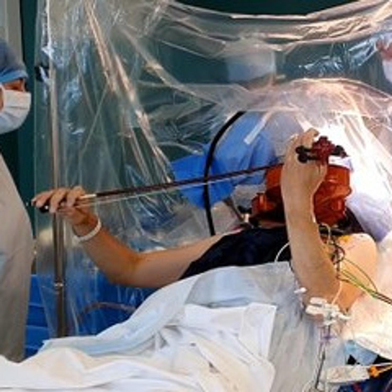 Ce musicien joue de l'alto pendant son opération !