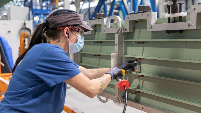 Une employée d'Airbus Nantes au travail
