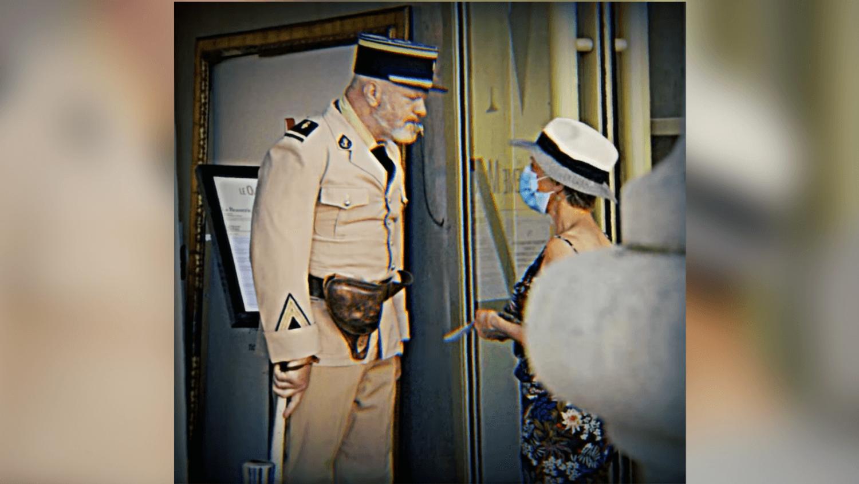Philippe Etchebest, déguisé en gendarme de Saint-Tropez, contrôle le pass sanitaire