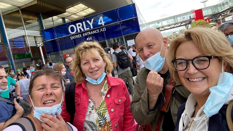 Quatre volontaires creusois dont la présidente de la Creuse à l'embarquement à Orly