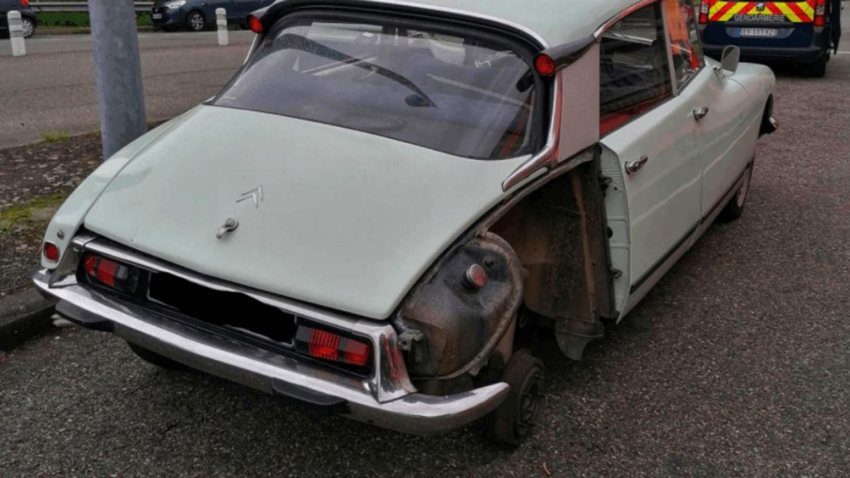Citroën DS avec une roue en moins