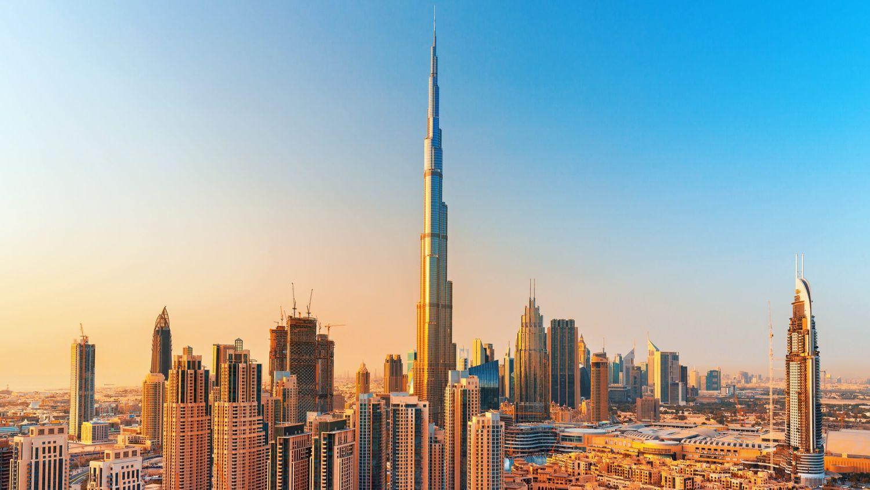 Une femme grimpe à plus de 800 mètres d'altitude au-dessus du Burj Khalifa !