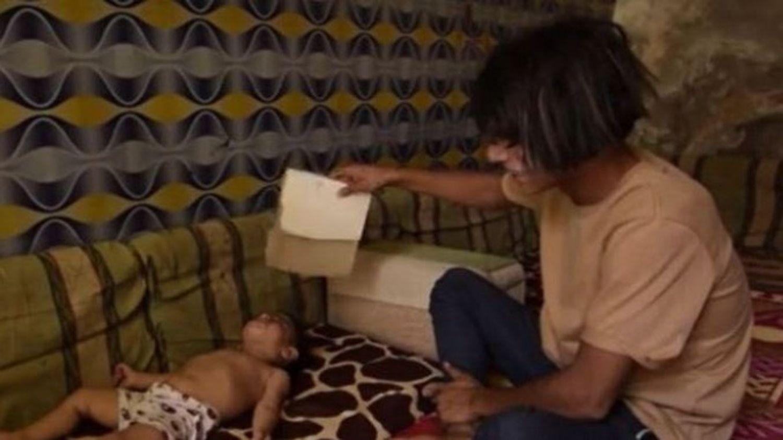 Enfant qui dort au sol a cause de la canicule