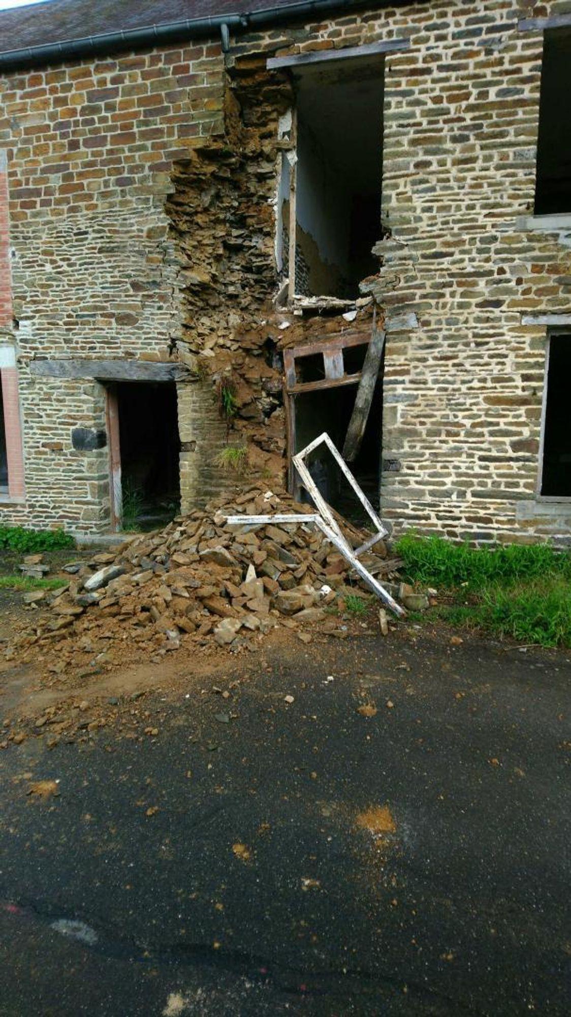 La façade de la maison est en partie tombée sur la chaussée.