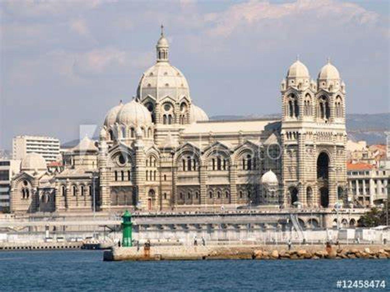 [ HOMMAGE ]: Cathédrale de la Major à Marseille trop petite pour accueillir tout le monde