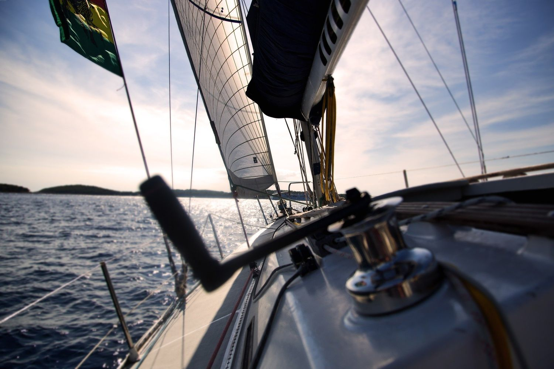 A bord d'un voilier en mer.