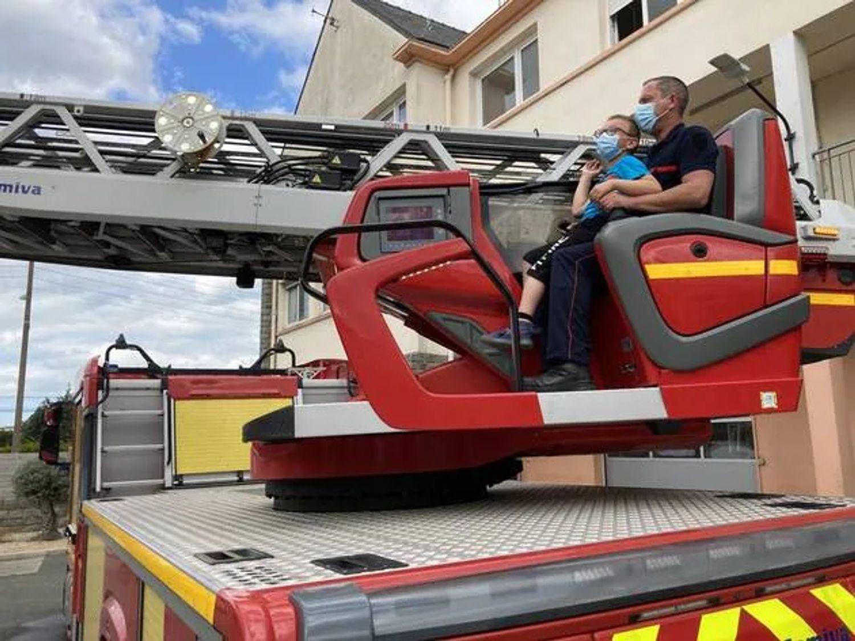 Clément et la grande échelle des pompiers