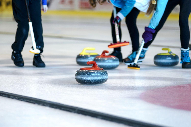 Le curling est inscrit au programme des JO d'hiver dès la première édition de 1924 à Chamonix.