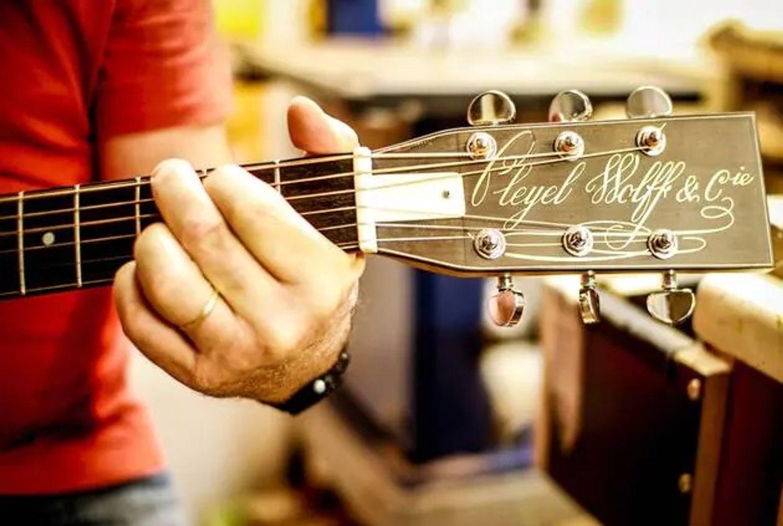 Pascal Le Roux et sa nouvelle guitare.