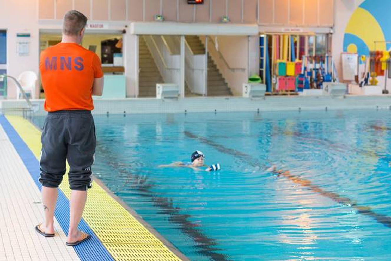 Leçon de natation à la piscine de la Grâce-de-Dieu ©Pauline et Mehdi photographie pour Caen la mer