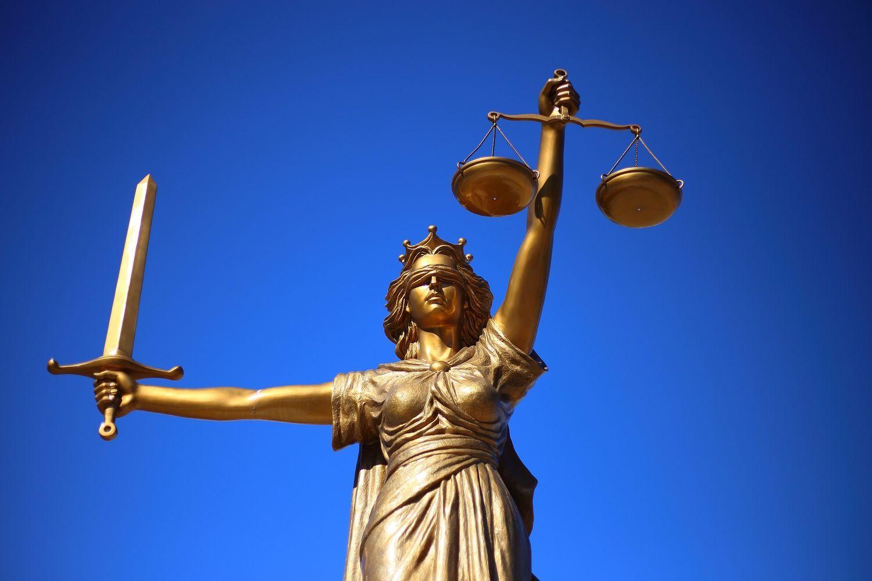 Cinq personnes ont été placées en détention, quatre sous contrôle judiciaire.