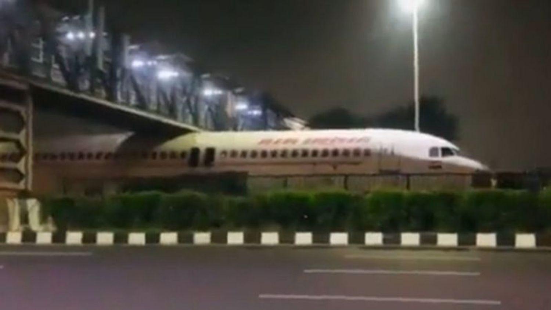L'avion est resté coincé sous le pont