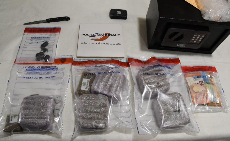 2900 euros en liquide, 2,7 kg de résine de cannabis et 50 grammes de cocaïne ont été découverts.
