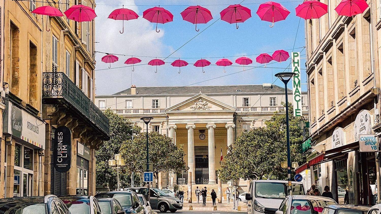 La ville a commandé 250 parapluies roses.