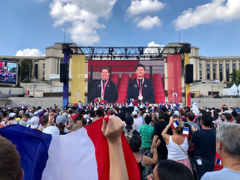 Le public acclame les athlètes sur scènes au Trocadéro.