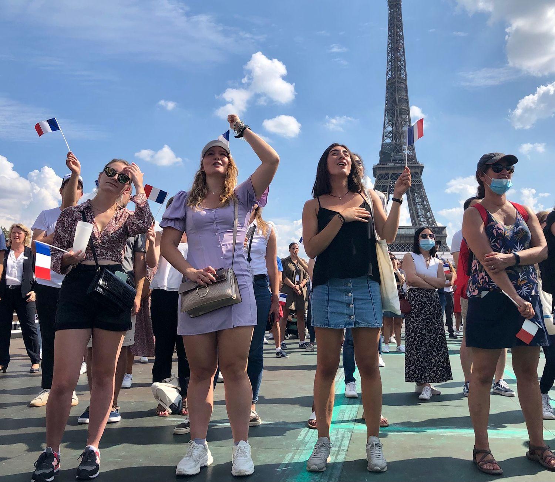 Des fans célèbrent les médaillés paralympiques au Trocadéro.