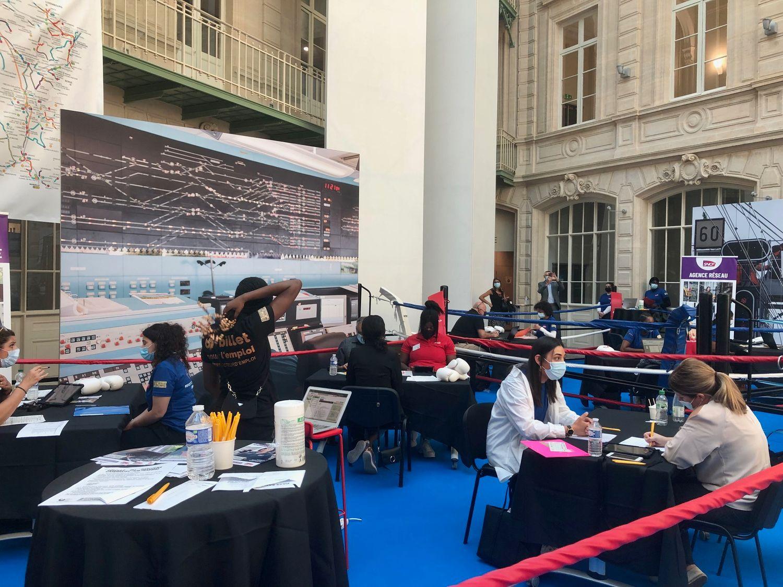 """Forum """"Un billet pour l'emploi"""" à la Gare du Nord."""