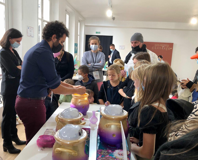 Les enfants assistent à une démonstration du chaudron Magic Mixies.