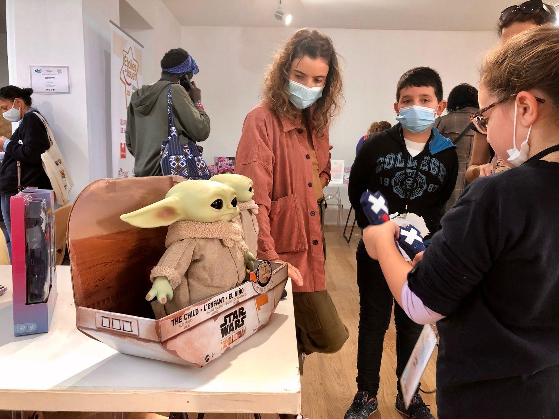 Le stand Mattel présente le bébé Yoda qui joue à cache-cache.