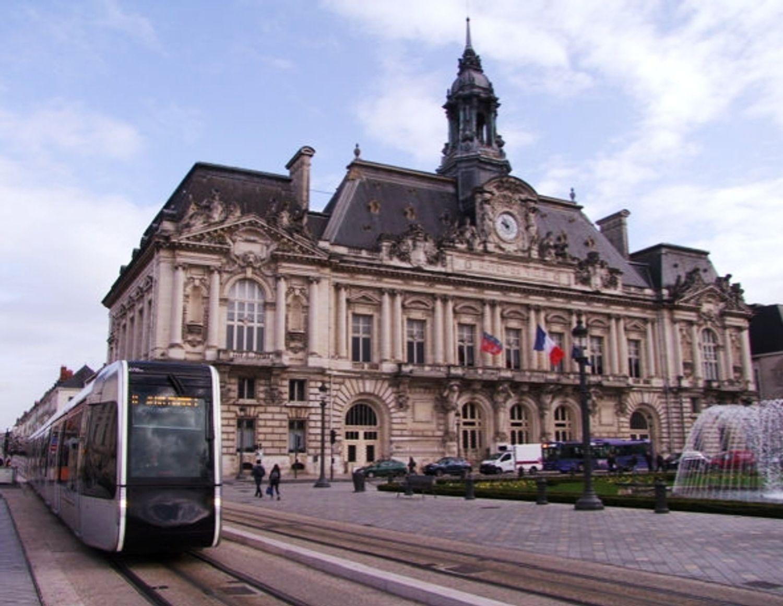 """Emmanuel Denis, le maire de Tours dit répondre """"au devoir d'humanité de la France""""."""
