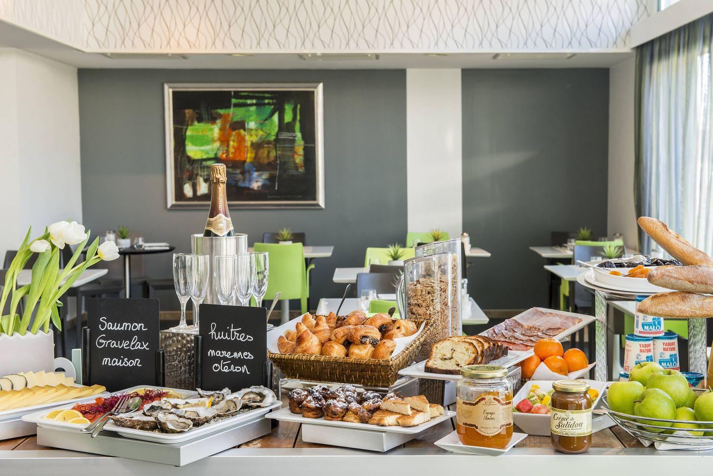 Un petit petit-déjeuner à volonté dans un hôtel