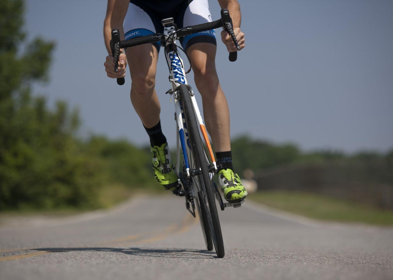 Personne à Vélo De Route Sur La Route