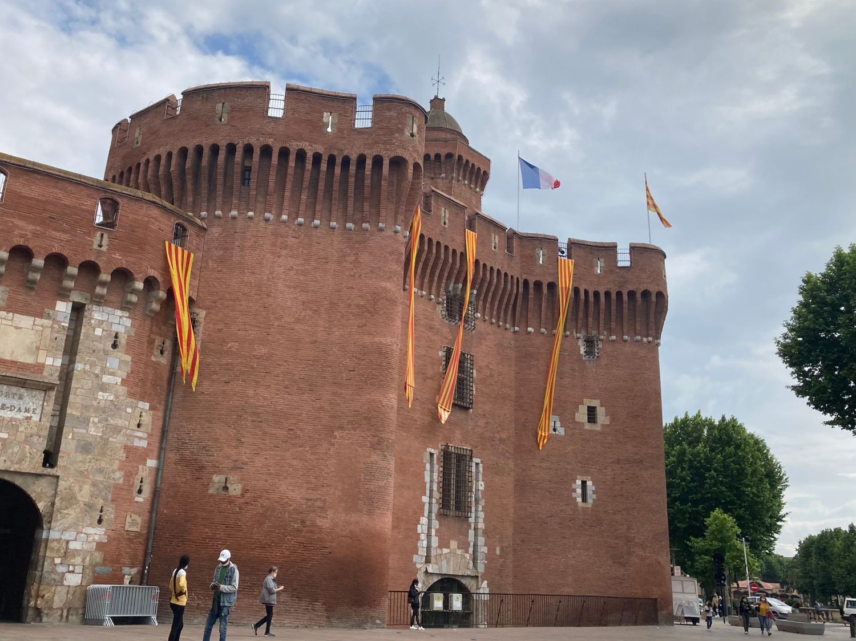 photo du Castillet arborant des drapeau au couleurs de l'USAP