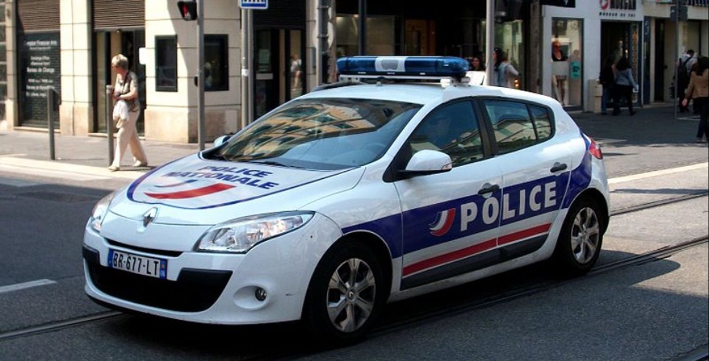 La police est à la recherche d'une voiture grise soupçonnée d'avoir renversé la quinquagénaire.