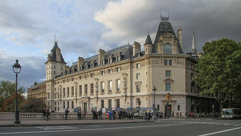 Paris : trois pompiers comparaissent devant la justice après avoir...