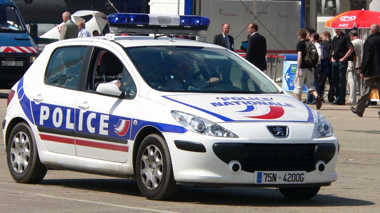 Paris : un commissaire de police grille un feu rouge et refuse...