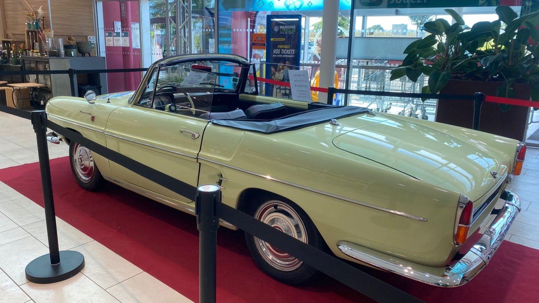 Exposition de belles voitures anciennes au Super U Pays Lionnais