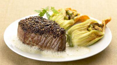 Bifteck au poivre, moules et fleurs de courgettes