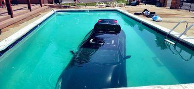 Une voiture termine sa course dans une piscine (Video)