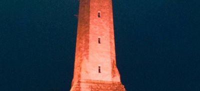 Le phare d'Eckmühl à Penmarc'h (29) illuminé en rose.