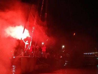 """Vendée Globe : l'arrivée """"de dingue"""" de Maxime Sorel sur son bateau..."""